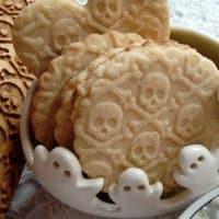 Mattarelli decorati con teschi per biscotti