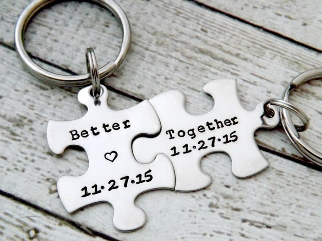 Portachiavi puzzle con incisione dei riferimenti della coppia